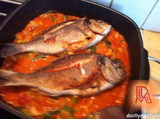 Brasse (bream) in peeled tomatoes, leek, parsley and Bell Peppers!