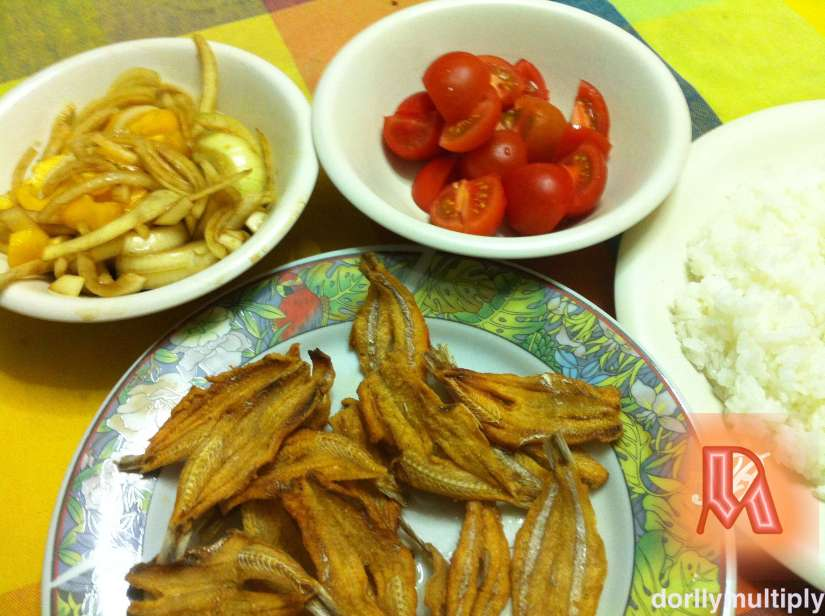 Dilis Sinangag, sliced bell peppers with onions and toyomansi plus cherry tomatoes!