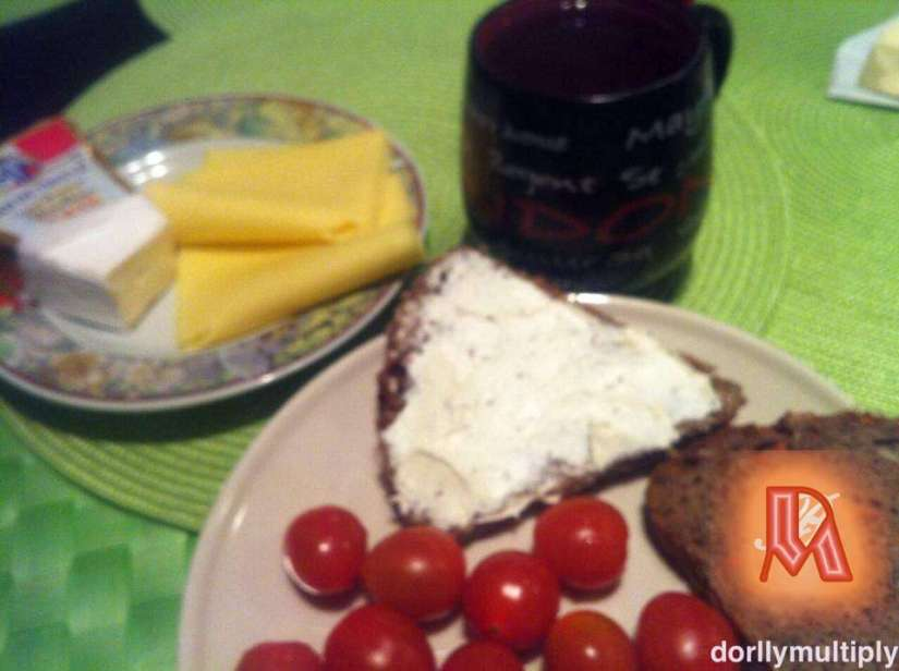Cheese, mini tomatoes and brown bread for breakfast